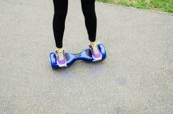 Unter Verwendung des elektrischen intelligenten Rollers selbstabgleichendes Hoverboard Stockfoto