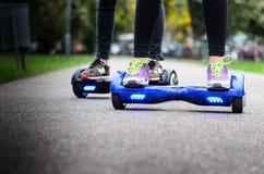 Unter Verwendung des elektrischen intelligenten Rollers selbstabgleichendes Hoverboard Lizenzfreie Stockfotografie