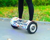 Unter Verwendung des elektrischen intelligenten Rollers selbstabgleichendes Hoverboard Lizenzfreies Stockfoto