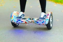 Unter Verwendung des elektrischen intelligenten Rollers selbstabgleichendes Hoverboard Stockbilder