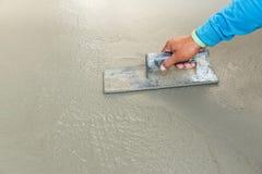 Unter Verwendung des Floßes zur waagerecht ausgerichteten Oberfläche des Betons Lizenzfreies Stockfoto