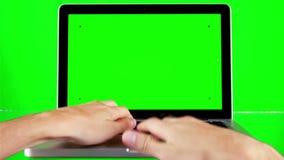 Unter Verwendung des Laptops mit grünem Schirm stock video