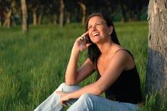 Unter Verwendung des Mobiltelefons im Park Lizenzfreies Stockfoto