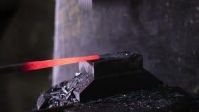 Unter Verwendung des pneumatischen Hammers, zum des Bleis zu formen stock footage