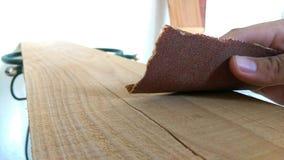 Unter Verwendung des Sandpapiers stockbilder