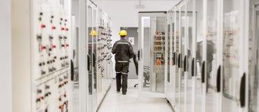 Unter Verwendung des Schutzrelais und der Mittelspannungsschaltanlage Engineerin Lizenzfreie Stockfotografie