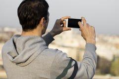 Unter Verwendung des Telefons für das Machen eines Fotos Lizenzfreie Stockfotos