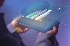 Unter Verwendung des Vorsprunges für Technologie im Geschäft Schauen des Diagramms und des zusammenfassenden Berichtes über digit stockbild