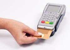 Unter Verwendung einer Kreditkarte Stockbild