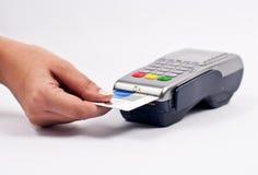 Unter Verwendung einer Kreditkarte Stockfoto