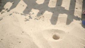 Unter Verwendung einer Pumpe modellierte ein neugieriges Kind eine Vulkaneruption in einem Sandkasten stock video footage