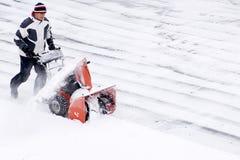 Unter Verwendung einer Schneekanone nach einem Winter-Sturm Lizenzfreie Stockfotos