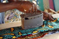 Unter Verwendung eines alten Eisens in Westafrika Stockfotografie
