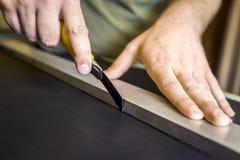 Unter Verwendung eines geraden Blattes auf Leder lizenzfreie stockfotografie