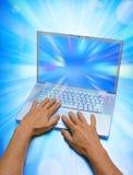 Unter Verwendung eines Laptops stock abbildung