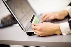 Unter Verwendung eines Laptops im Internet on-line-kaufen Lizenzfreies Stockfoto