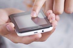Unter Verwendung eines Mobiltelefons Stockbild