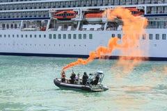 Unter Verwendung eines Notrauchaufflackerns auf dem Hafen lizenzfreie stockfotografie