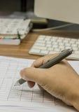 Unter Verwendung eines Stiftschreibens lizenzfreies stockbild
