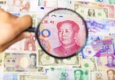 Unter Verwendung eines Vergrößerungsglases zum Suchen die Methode des asiatischen Marktes Stockbilder