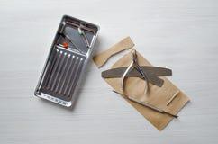 Unter Verwendung Kraftpapier-Taschen f?r Sterilisierungsmanik?rewerkzeuge stockbilder