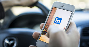 Unter Verwendung Linkedin im Auto auf iphone Lizenzfreie Stockfotos
