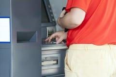 Unter Verwendung Querneigung ATMs Stockbild