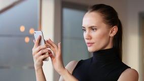 Unter Verwendung Smartphone stock footage