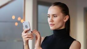 Unter Verwendung Smartphone stock video