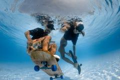 Unter Wasser Skateboard fahren Stockbild