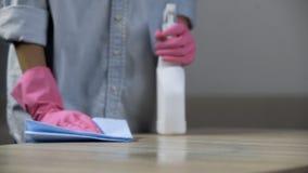 Unterbezahlte Arbeitskraft, die einen schmutzigen Schreibtisch in der Schulcafeteria, schlecht bezahlte Besetzung säubert stockbilder