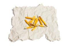 Unterbrochene Bleistift-Stücke und Altpapier Stockfoto