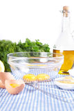 Unterbrochene Eier in der Schüssel mit Olivenöl Lizenzfreies Stockbild