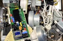 Unterbrochene Eisen und Motoren auf einem Abfallspeicherauszug lizenzfreie stockfotos