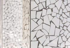 Unterbrochene Fliesenmosaik trencadis typisch von Mittelmeer Stockfotografie