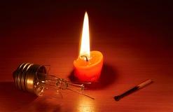 Unterbrochene Glühlampe und Kerze Lizenzfreie Stockbilder
