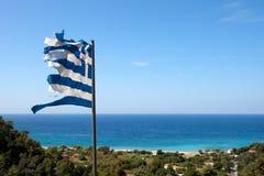 Unterbrochene Markierungsfahne von Griechenland im Wind Stockfotografie
