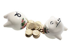 Unterbrochene Piggy Querneigung und Münzen Stockbild