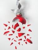 Unterbrochene rote Weihnachtskugel Stockfotos