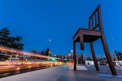 Unterbrochene Stuhl-Skulptur Stockfotos