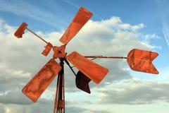 Unterbrochene und rostige Windmühle Stockfotos