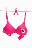 Unterbrochener rosafarbener Büstenhalter u. Farbband für Brustkrebs stockfotografie