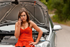 Unterbrochenes Auto - junge Frauen-Aufrufe für Unterstützung Stockfotos