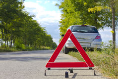 Unterbrochenes Autozeichen auf einer Straße Stockfotos