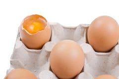 Unterbrochenes Ei in einem Kasten Stockfotografie