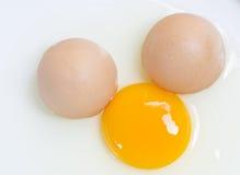 Unterbrochenes Ei und Eigelb Stockbilder