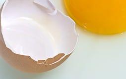 Unterbrochenes Ei und Eigelb stockfotos