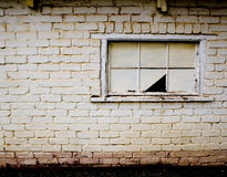 Unterbrochenes Fenster auf aufgegebenem Gebäude Stockfoto