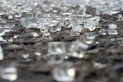 Unterbrochenes Glas auf Plasterung Stockfoto