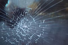 Unterbrochenes Glas Krimineller Vorfall an der Bushaltestelle Loch und Sprünge im Glas einer StadtBushaltestelle Gebrochene Glasb lizenzfreie stockfotos
